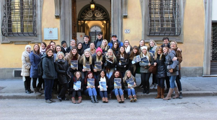 Students in front of Academia Europea Di Firenze